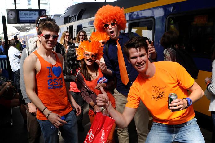 Treinreizigers komen aan op Station Amsterdam Centraal.