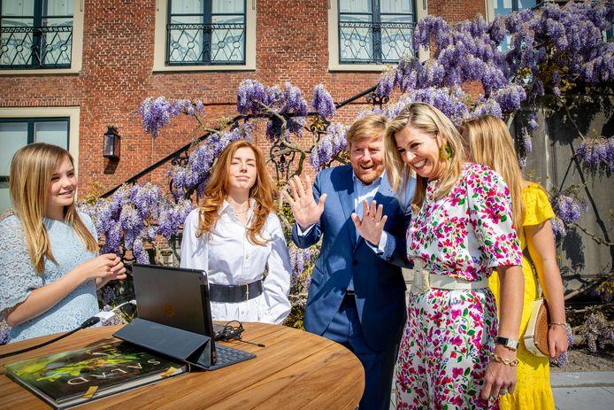 Koning Willem-Alexander, Koningin Maxima en de prinsessen Amalia, Alexia en Ariane brengen voor Paleis Huis ten Bosch een toost uit op Koningsdag.