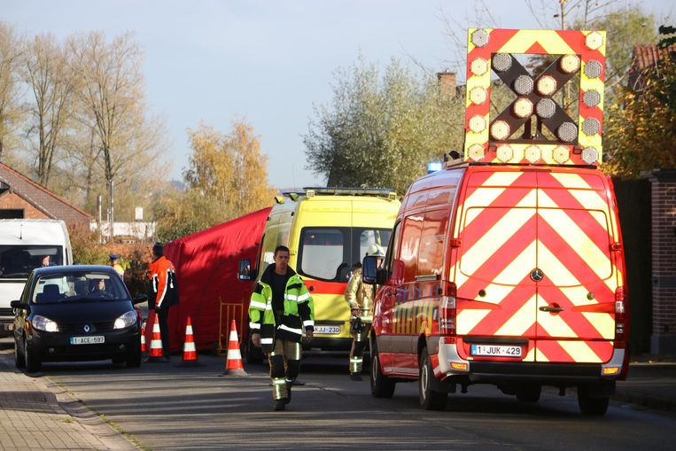 De brandweer plaatste een tent over het lichaam van het slachtoffer.