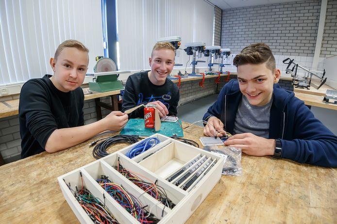 Kevin de Roon, Boy Krijnen en Tijn van der Woude maken een satelliet ter grootte van een frisdrankblikje.