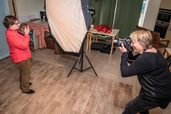 Fotografe Lieve Blanckaert maakt een fotoboek van de bewoners van Kerckstede voor de veertigste verjaardag van de instelling.