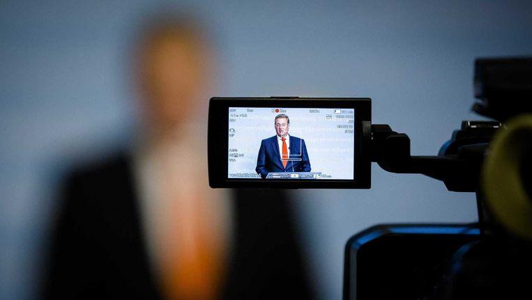 Minister Ard van der Steur van Veiligheid en Justitie in de zoeker van een camera. Beeld null