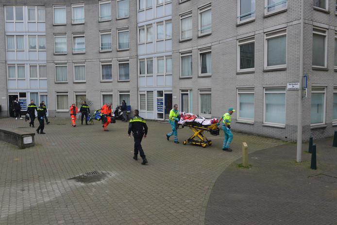 In een woning aan het Lamgroen in Den Haag is vanochtend een persoon gewond geraakt bij een steekpartij.