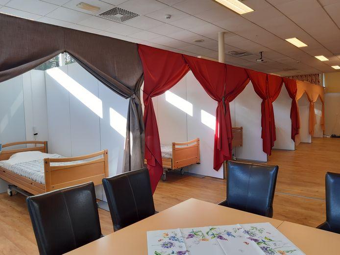 De tweede corhortafdeling in verpleeghuis Sparrenheide in Driebergen heeft tien bedden, die met wanden en gordijnen van elkaar zijn gescheiden voor meer privacy.