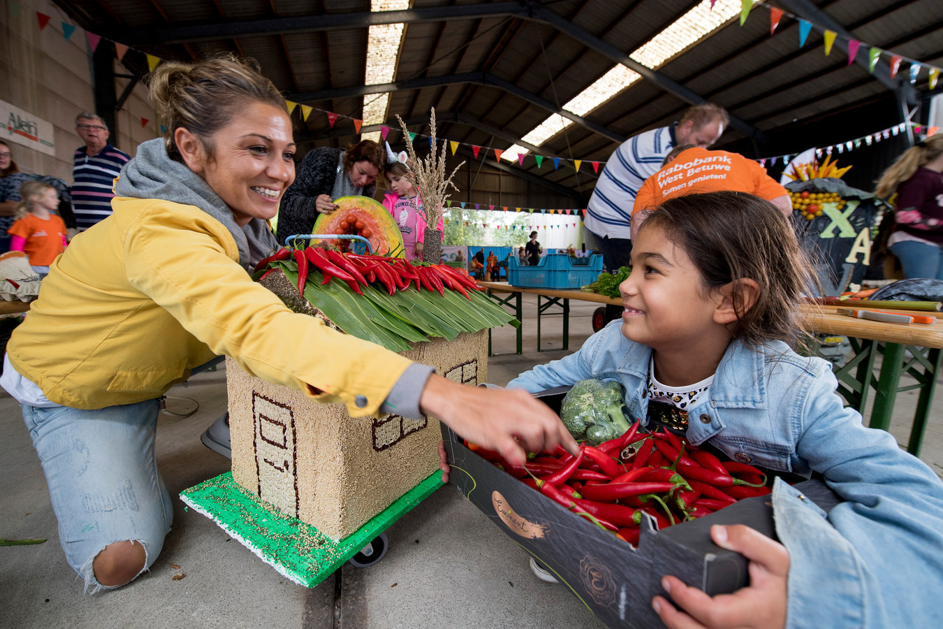 Gunes Sahin plakt samen met haar dochter Defne de rode pepers op het dak.
