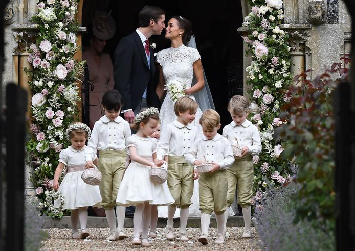 Prinses Charlotte (l) en prins George (r) vooraan.
