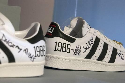Sneakers van Adidas zijn erg populair, maar wie ze draagt is niet welkom op het hoofdkantoor van Nike.