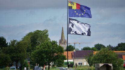 101 kunstzinnige vlaggen wapperen langs 9 West-Vlaamse fietsassen