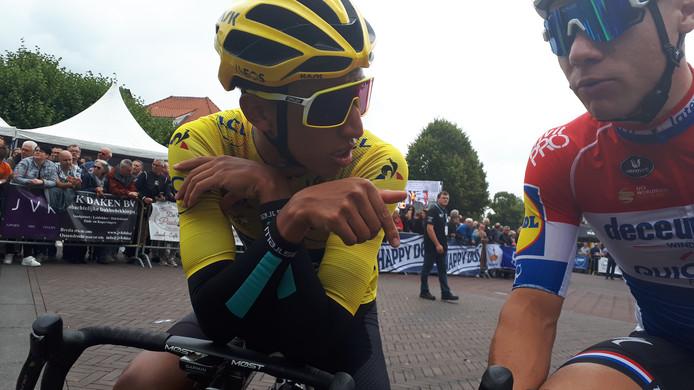 Egan Bernal, voor aanvang van de Profwielerronde van Etten-Leur relaxed in gesprek met Fabio Jakobsen (rechts).