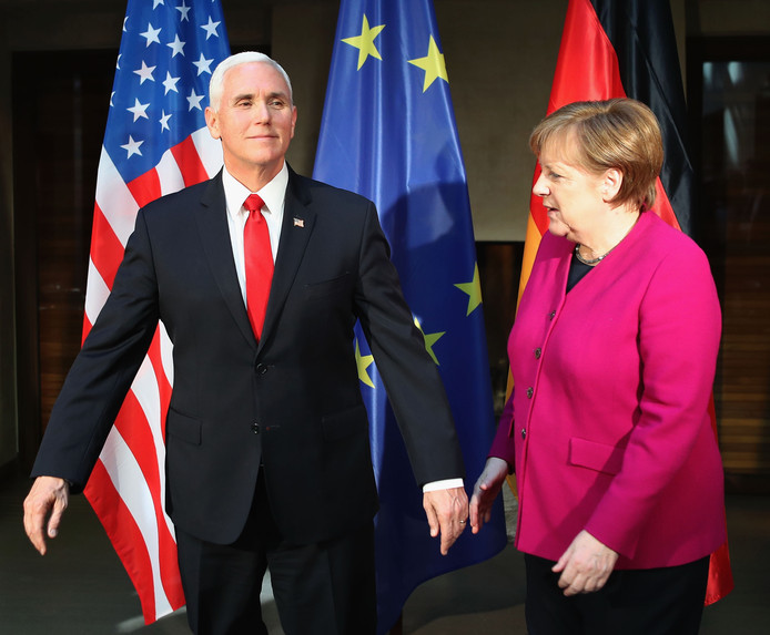 Mike Pence en Angela Merkel