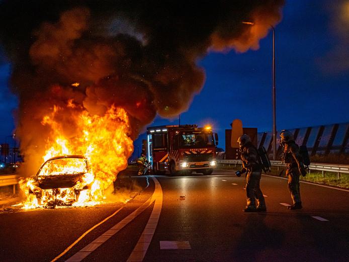 De auto ging in vlammen op.