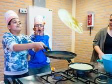 Kinderen bakken honderden pannenkoeken op basisschool in Alphen
