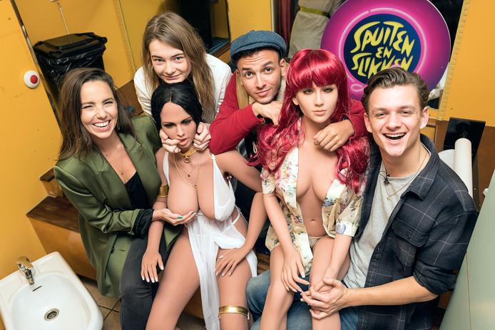 Gwen van Poorten,Emma Wortelboer, Sahil Ammar Aissa en Jurre Geluk tijdens het pop-up sekspoppen-bordeel van het BNNVARA-programma Spuiten en Slikken op de Wallen in Amsterdam.