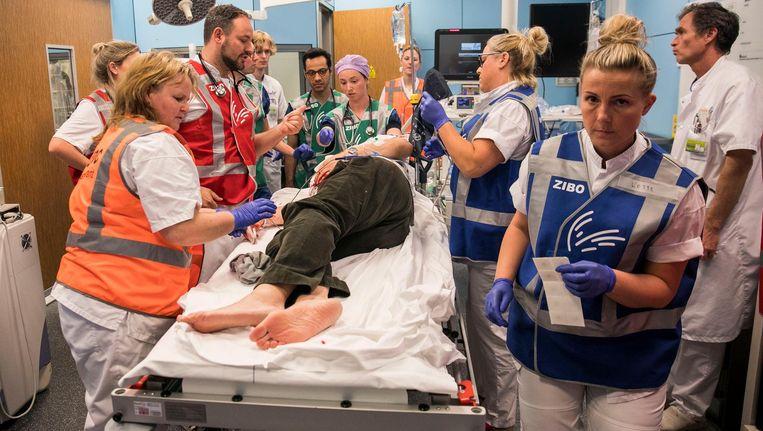 Als een 'patiënt' binnen wordt gebracht, worden alle medische toeters en bellen erbij gehaald Beeld Amaury Miller