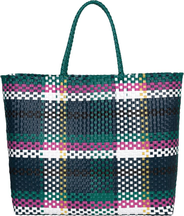 Tas Spullen opbergen in een tas kan natuurlijk ook. De 'Santi Tote' is gevlochten van gerecycled plastic, € 59. becksondergaard.com Beeld null