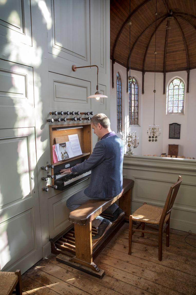 Organist Arjan de Vries zit vaak doordeweeks in de Waalse kerk te spelen. Toeristen lopen dan binnen. Beeld Werry Crone
