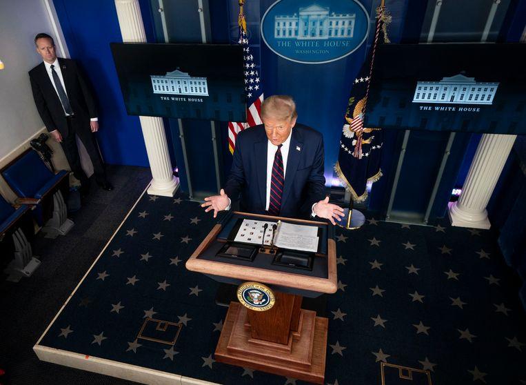 President Trump spreekt Amerika toe vanuit het Witte Huis.Hij denkt in de onrust in de VS een klassieke route richting zijn herverkiezing te hebben gevonden.  Beeld NYT/DOUG MILLS