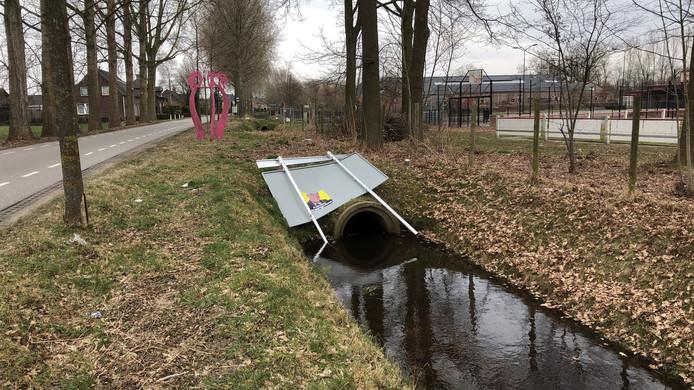 Het gemeentelijke bord waarop partijen kunnen plakken is uit de grond getrokken in Gemonde en in de sloot gegooid.