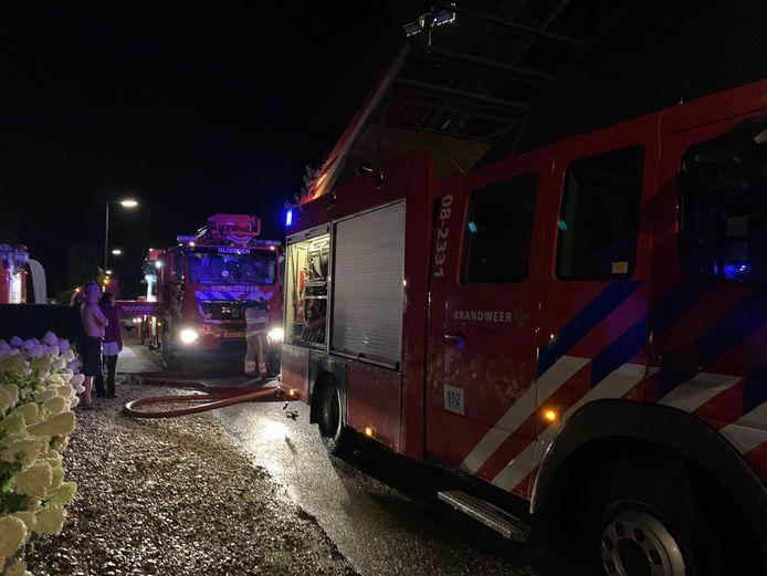 Brandweer aanwezig in Beuningen om een rieten dak te blussen na blikseminslag.
