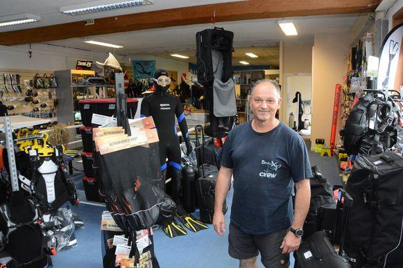 Tony Van Nieuland heeft al drie jaar een duikwinkel in het bedrijvencentrum en wil er niet weg.