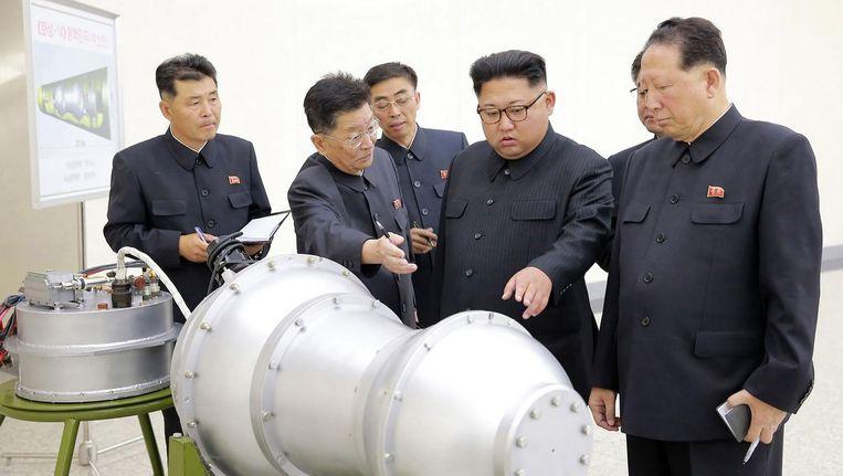 De Noord-Koreaanse leider Kim Jong-un op een foto die volgens staatsmedia laat zien hoe hij een nucleair wapen bespreekt. Beeld afp