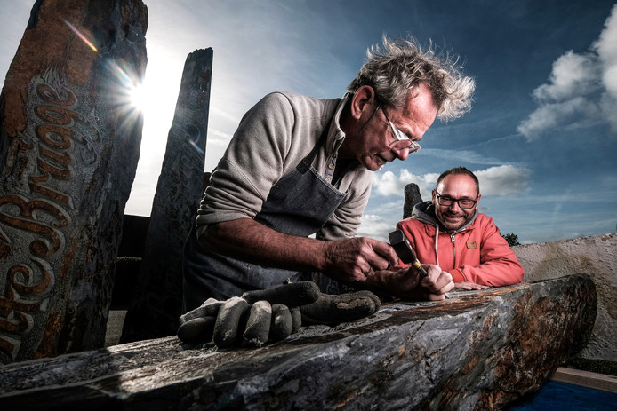 Steenhouwer Henk Welling (links) met Ivor Helmink van Belangenvereniging Bontebrug.