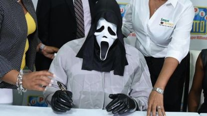 Lottowinnaar die anoniem wil blijven draagt masker uit Scream om cheque op te halen