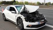 Jonge chauffeur ongedeerd uit crash tegen vrachtwagen