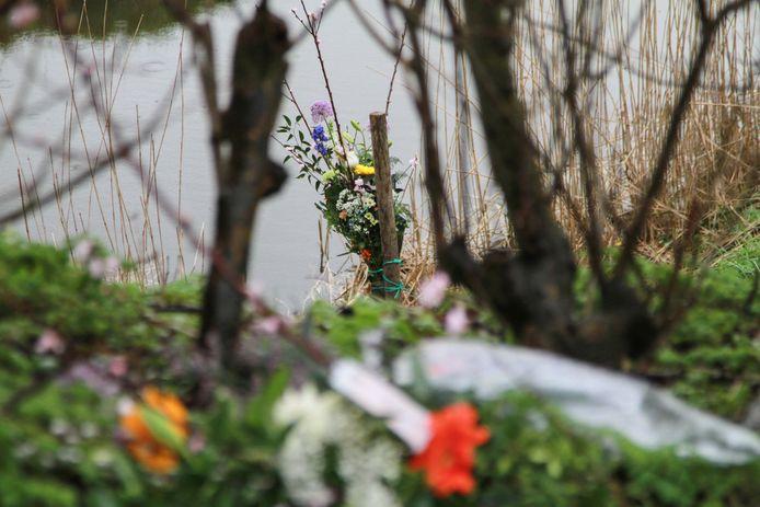 Bloemen bij de plek waar Karin Grijpstra werd gevonden.