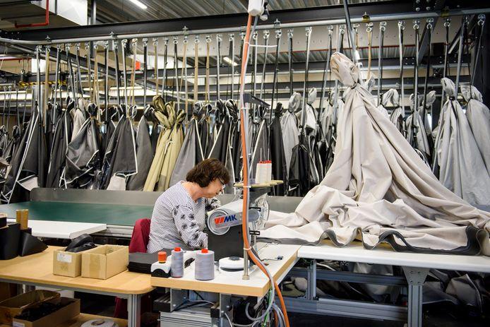 Tentdoek rolt over de lopende band in het atelier van Bax in Bergeijk.
