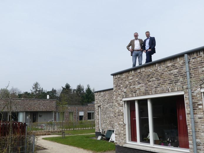 Wim Sederel, directeur Endura en Ard Kleijer, manager Zorggroep Noordwest Veluwe op het dak van een van de gebouwen van Sonnevanck in Harderwijk, waar 900 zonnepanelen moeten komen.