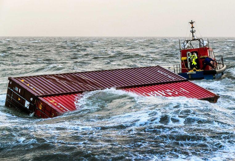 Twee overboord geslagen containers werden vorige week door een sleepboot naar de haven van Lauwersoog (Nederland) gesleept.
