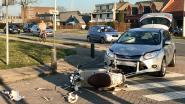 Auto en bromfietser botsen: twee gewonden