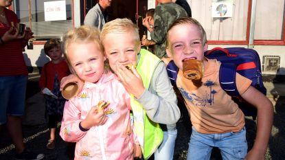 Kinderen genieten van een ontbijt op de eerste schooldag