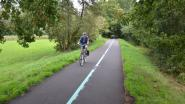 Appelblauwzeegroene strook 'verlicht' fiets- en wandelpad