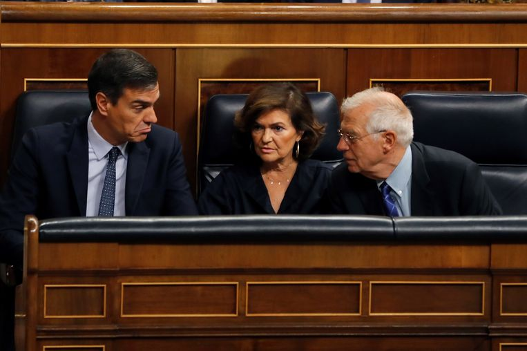 Premier Pedro Sánchez (links) overlegt woensdag in het Spaanse parlement met vicepremier Carmen Calvo en minister van Buitenlandse Zaken Josep Borrell. Beeld EPA