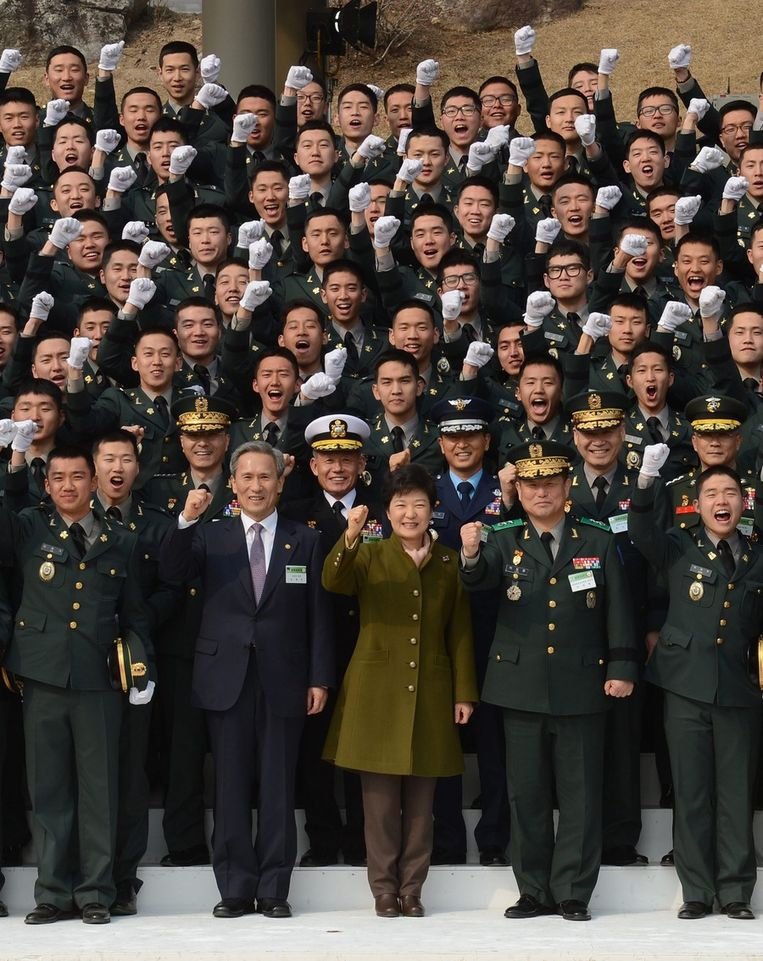 De Zuid-Koreaanse president Park Geun-Hye omringd door militaire officieren. Beeld epa
