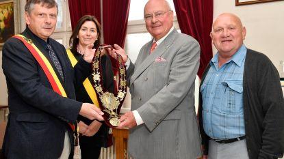 Ereburger Jef Dauwe schenkt historische zilveren halskraag en archief aan gemeente