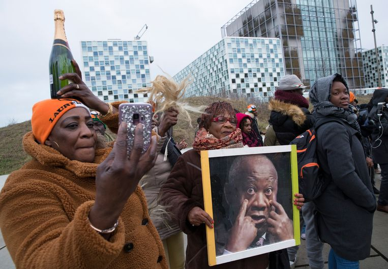 Aanhangers van Laurent Gbagbo bijeen voor het Internationaal Strafhof. Beeld ANP