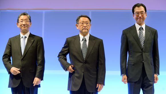 Fumihiko Ike, hier rechts op de foto, begrijpt niet wat VW bezielde. Hij stelt dat het gesjoemel door de Duitse constructeur de auto-industrie heel wat schade toegebracht heeft.