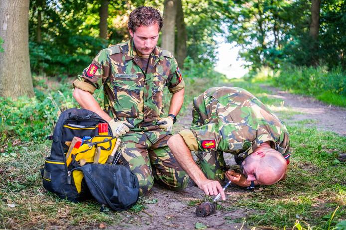 De Explosieven Opruimingsdienst Defensie onderzoekt de granaat.