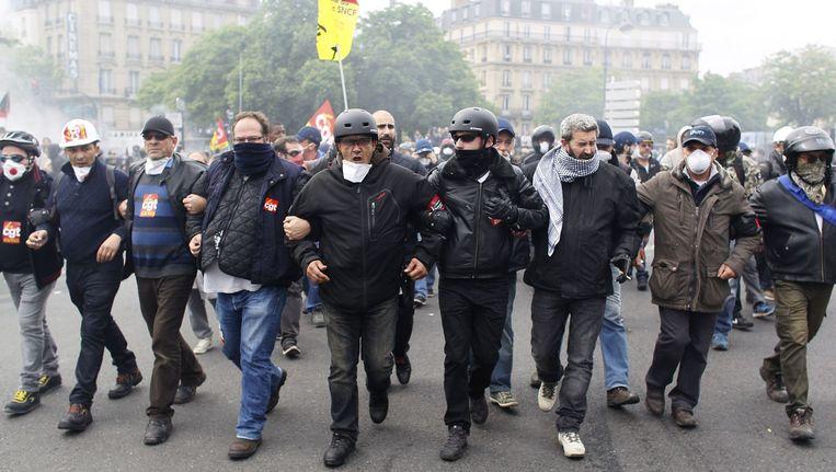 Leden van de radicale vakcentrale CGT, die de stakingen en blokkades organiseert, afgelopen donderdag tijdens een protest in Parijs. Beeld afp