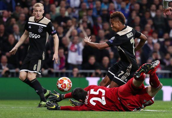 David Neres maakt in Madrid de 0-2 tegen Real en Thibaut Courtois. Ajax won die wedstrijd met 1-4.