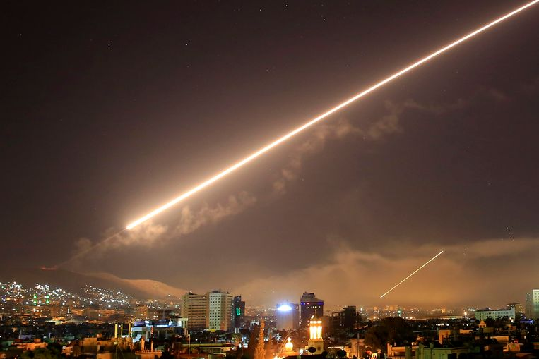 Amerikaanse raketten doorkruisen het luchtruim boven de Syrische hoofdstad Damascus, om in te slaan op een centrum dat onderzoek doet naar chemische wapens. Beeld AP