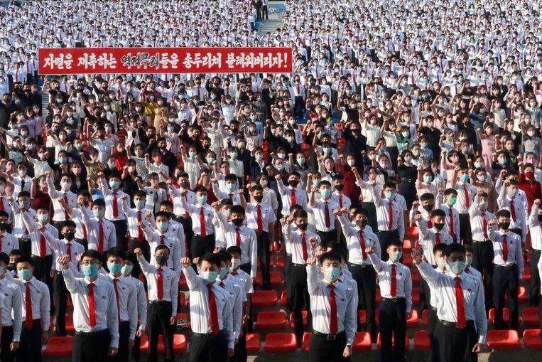 Noord-Koreaanse studenten protesteerden zaterdag in Pyongyang tegen het verspreiden van pamfletten vanuit het zuiden.  Beeld AP