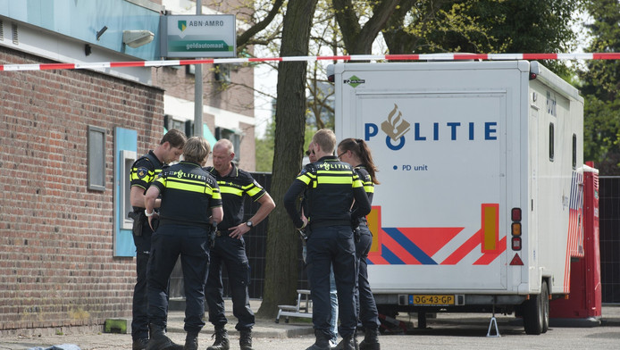 Politieagenten ter plaatse bij het afgezette Café Istanbul in de Nijmeegse wijk Malvert