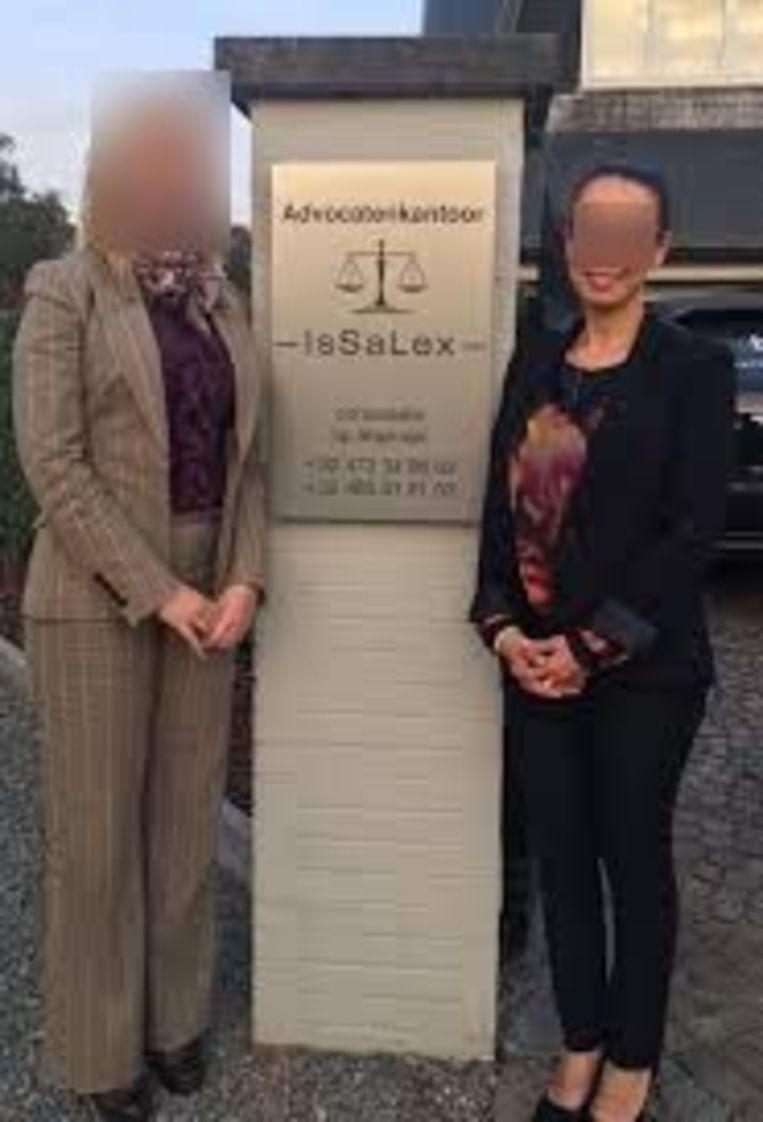 Bij de oprichting poseerde Samira E.M. (rechts) met haar toenmalige vennoot aan de ingang van Issalex.