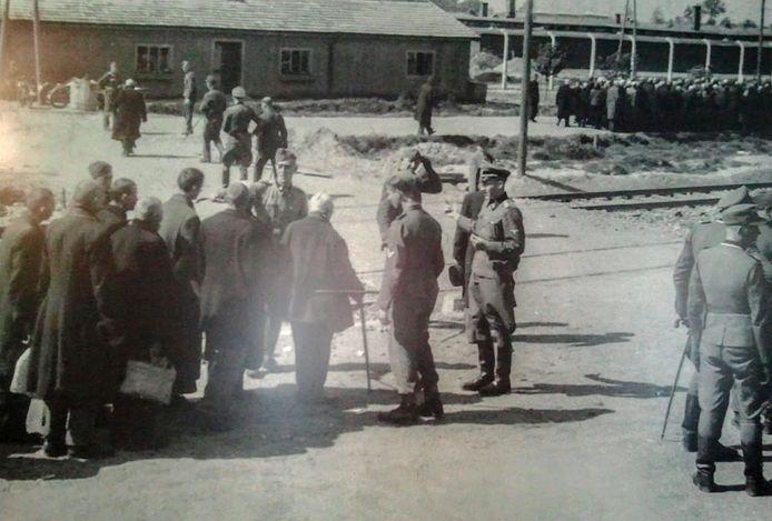 Met een duimbeweging (zie schaduw) beslist een nazi links of rechts: direct de gaskamer of eerst werken.