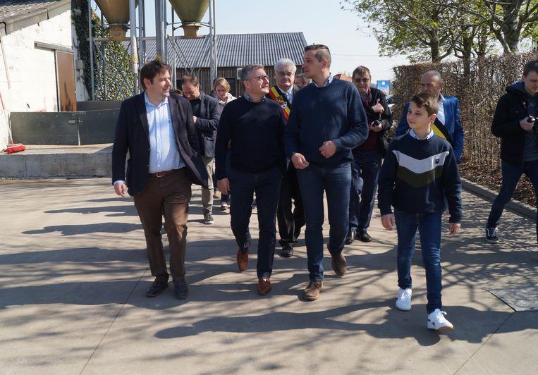 Het hele gezelschap kreeg een rondleiding op het bedrijf. Centraal zien we de minister en zaakvoerder Lieven Lafaut, die geflankeerd wordt door zoon Manu.