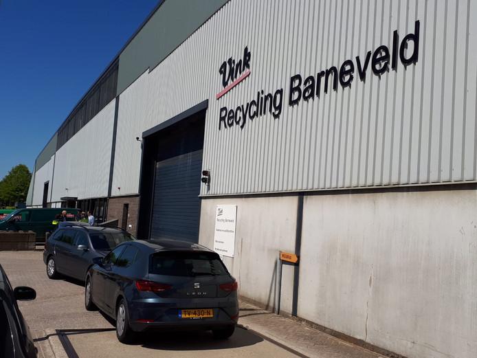 Vink Recycling aan de Hanzeweg ligt plat in verband met politieonderzoek. Rechercheurs en agenten lopen af en aan binnen.